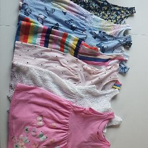 Syv kjoler fra h&m og en shorts dragt fra primark. Sælges samlet for 100 kr.   Der er en enkelt lille gul plet fra tus på den blå kjole med sommerfuglene, ellers ingen fejl. I rigtig god stand.