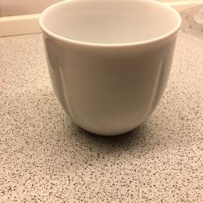 Kop fra Rosendahl uden kalkmærker eller andre skavanker. Vasket op i hånden og næsten aldrig brugt, fremstår derfor nærmest som ny. Har kun en enkelt kop.