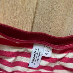 Super fin, langærmet trøje fra & Other Stories. Hvid- og pinkstribet med bourdeux halsudskæring. Aldrig brugt.