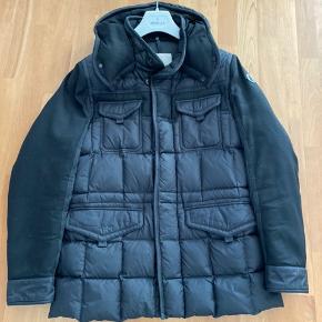 Jeg sælger min sorte Moncler Jakob jakke som er ca 2 år gammel. Jakken er brugt maks 4 måneder om året på de 2 år. Den har ingen huller eller noget. Bon haves, men garantien er udløbet da den lige er over 2 år gammel.  Det er en str. 3