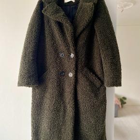 Zara frakke i army grøn teddy stof søger for at du kan holde varmen her til vinter. Str. M eller en lille str. L