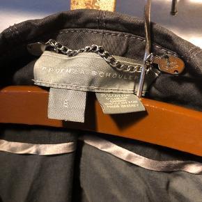 Kort blazer size 8. Let glimmer effekt.  ▪️Velkommen i shoppen 🤩👗☘️ ▪️Bud er altid velkomne 🌹📸💰 ▪️Tager ikke billeder med tøjet på ‼️‼️ ▪️Sender udvalgte varer 📦🔍💌 ▪️Afhentning nær Nørrebro st. ☑️ ▪️Ingen byttehandler 🔁🌸🖖🏼🌼