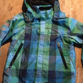Fin vind/vandtæt jakke fra FIX, str 116, ingen huller eller pletter. Brugt sparsomt.  Sender gerne mod Porto.