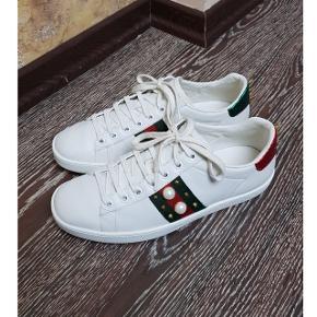 Gucci ACE sneaker. Sælges kun fordi jeg har et par andre sko på ønskelisten. Standen er som på billederne. Bytter ikke. Alt medfølger - undtagen kvitteringen fra butikken. Skriv for interesse.