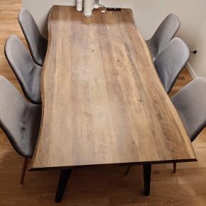 6 stk spisebordsstole fra Jysk  2 af stolene har brugspletter, som ikke er forsøgt fjernet, men måske det kan fjernes.  Sælges kun samlet  Ny pris 300 kr. pr stol   Skal afhentes i Risskov