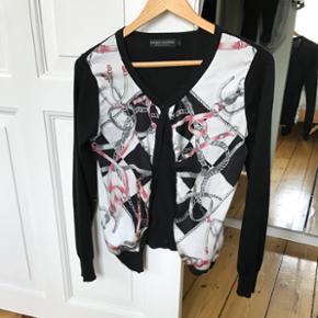 Cardigan - Cherry Couture size S Sælges da jeg ikke får den brugt længere.  Kan prøves/afhentes på Nørrebro, Kbh.  Ved forsendelse betaler modtager porto. Spørg for mere info.