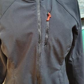 God softshell jakke. Der står str 40 i den,men den er højst end str 38.
