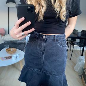 Noisy May sort denim nederdel i fin stand🖤   OBS: Fragten er ikke inkluderet i prisen🪐Altid velkommen til at byde