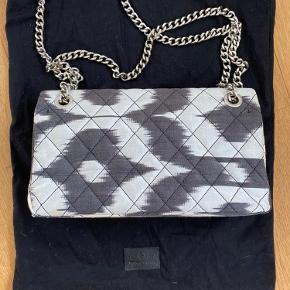 Rough Studios Bandita taske med sølv kæde. En smule misfarvet på det hvide (se billeder), men ellers i perfekt stand.
