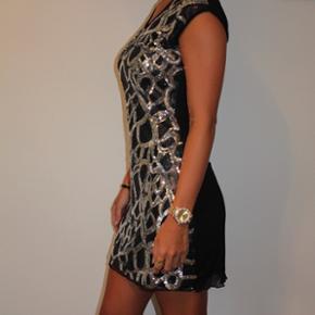 Flotteste kjole med palietter.  Str. small  Cond: 10/10  Se gerne mine andre annoncer med mærker fra bla. Soaked in Luxury, Zara, Ganni, Alexander Wang, ASOS, Envii, H&M og mange flere.