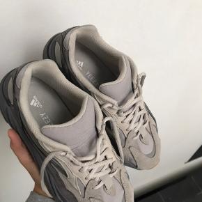 Prisen er ikke fast så bare byd!!!  Jeg sælger skoene da jeg dsv ikke kan passe dem. Har købt dem her på trendsales, og hende jeg købte dem af havde hverken kvit eller kasse. Jeg har et par i hvid i forvejen så jeg kan med 100% sikkerhed så inde for at de er ægte.  De er str 38 2/3 og er kun blevet brugt 2 gange før.