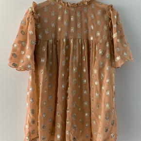 Smukkeste bluse med fine detaljer.  Jeg bytter ikke 😊