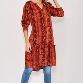 Kjolen er i dejligt og let materiale, med slange print og super cool med blot et par støvler, eller med et par jeans.100% viskose