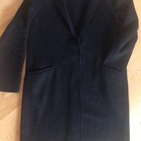 Fin uld frakke fra Zara i sort Str. 38/M Har lommer og kan knappes på midten med en enkelt knappe