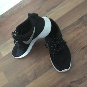 Nike roshe run str 36,5. Købt i USA i 2015. Fejler intet og har mange gode gå/løbe ture tilbage. 23,5 cm.