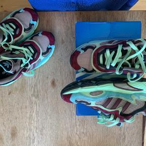 Helt nye Adidas Run Temper sneakers str.40 2/3 (som du kan passe hvis du er str.39 - derfor har jeg skrevet 39 i annoncen). Jeg er normalt str. 40 og de er for små til mig. Jeg havde dem på en enkelt dag og kunne derfor ikke bytte dem. Men har selv købt str.42 nu!! :-)  De koster oprindelig 1100 kr. men er på tilbud på hjemmesiden til 770 kr. derfor tager jeg 600 kr. for dem.