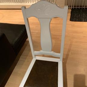 2 gammel spisebordsstole. Hvid lakeret. Sæde måler 40x40cm. Sædehøjde: 49cm. Total højde: 101cm.Sælges kun samlet. Kom med et bud. Ny pris.