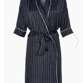 Varetype: Wrapdress Farve: Blå Oprindelig købspris: 1199 kr.  Virkelig smuk Nuba kjole fra Six Ames. Aldrig brugt!   BYD gerne. Er villig til at forhandle :-)