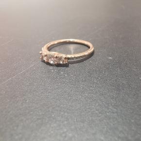 Pandora ring i 14 karat forgyldt rose gold.  I str 54