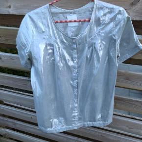 Fin top fra Mads Nørgaard i blank sølv. Let materiale og rigtig god til forår/sommer. #30dayssellout