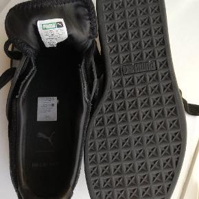 HAN KJØBENHAVN X PUMA sneakers i ruskind med gummidetaljer og logo på siden. De er brugt 5-6 gange men passer desværre ikke ordentligt. De er lidt store i størrelsen  NY PRIS