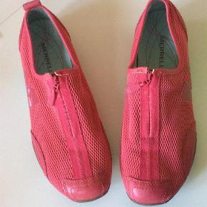Varetype: Rigtig lækre sko Farve: Rød Oprindelig købspris: 800 kr.  Lækre bløde sko med lynlås over vristen. Indvendig sållængde 24 cm.  Bytter ikke