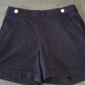 Næsten som nye. Højtaljede shorts med maritimt look, str 36.