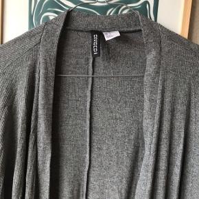 Pæn grå cardigan i str. M fra H&M 🐆 fejler ingenting!   Bemærk - afhentes ved Harald Jensens plads eller sendes med dao 🌸 bytter ikke   💫 Cardigan H&M hm grå bluse
