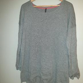 Lækker oversize sweater. Det er en str S, men passer også en str M/L.  Giv et bud