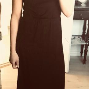 Smuk og enkel maxi kjole med elastik i taljen. Brugt, men fejler ikke noget.