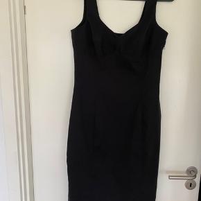 Super smuk kjole i lækkert materiale. Kjolen er str. 42, men til den lille side - svarrer mere til en str. 38/40. Har let strech i stoffet. Er i rigtig fin stand.