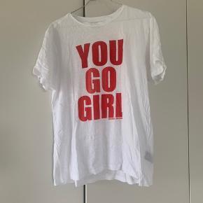 """Isabel Marant bomulds t-shirt med tryk: """"You go girl"""". Ingen skader men brugt 8-10 gange."""