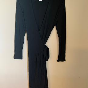 Brand: Filippa K  Stylenavn: Drapey Crepe Wrap Dress  Materiale: 97% viskose og 3% elastan   OBS: Prisen er fast og jeg bytter ikke!