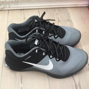 Mega fede Nike metcon 2 flywire sneakers. Optimale som træningssko eller løbesko da de er meget lette.Brugt minimalt, stort set som nye Str 37,5 men små i størrelsen. Måler 23,5 cm