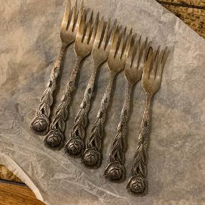 6 x flotte små gamle sølv gafler med roser til dessert.