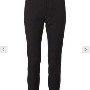 Sorte habit-bukser fra selected Femme. De er brugt men fejler ingenting, sælger da jeg ikke kan passe dem i længden mere. Er du slank og mellem 163-68 så vil de passe perfekt. Byd endelig