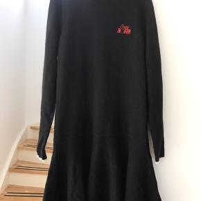 Super fin sort strik kjole fra GANNI str.L. Brugt et par gange og vasket én gang. Kjolen fremstår som ny, men da jeg ikke får den brugt skal den videre så en anden kan blive glad for den😊