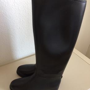 str 38  Lidt skrammer, men MEGET fine og foret helt igennem. Gummiridestøvler kan også bruges som gummistøvler. Se flere ridestøvler på min profil.