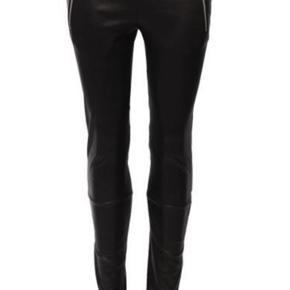 Super fede læder leggings fra Utzon i de blødeste skind. Samt lynlås lommer og lynlås ved anklerne. Nypris 7299,-