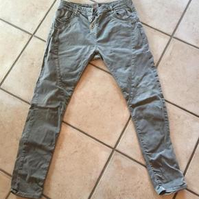 pæne og velholdte please jeans, str xl med stræk i - lys olivengrønne