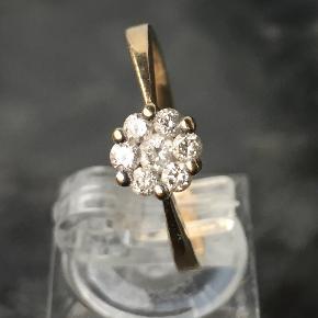 Solitaire ring i 9k massiv guld, stemplet 375 for ægthed Monteret med gnistrende diamanter i brillant slib Diamanter estimeret vægt: 0.28 ct Ringstr.. 57,5 Kan let ændres i størrelse hos lokal guldsmed