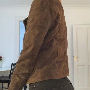 Ruskindsjakke fra Vero Moda. I god stand set bort fra en enkelt lille plet foran. Nok nærmere en XS end S, lille i størrelsen