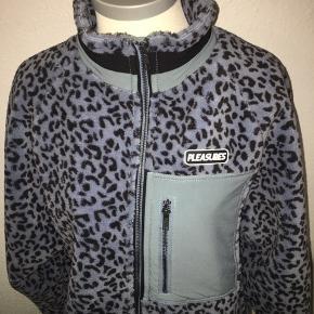 Lyseblå leopard fleece trøje / jakke i størrelse medium fra mærket pleasures. Med lynlås og lommer.