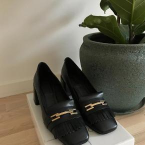 Super fine sko fra Topshop.   Desværre købt for små, og de er derfor aldrig blevet brugt. Håber en anden kan få glæde af dem.   De er i ægte skind.   Nypris: 849 i Topshop DK.     Mål:  Højde på hæl: 6 cm  Længde: 25 cm  Superfine heels Farve: Sort Oprindelig købspris: 849 kr.