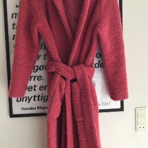 Den klassike Ganni-frakke i revet uld i en skøn hindbærrød farve. Brugt meget lidt.