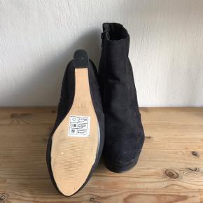 Skoene er helt nye, har kun været gået i hjemme.  De er en størrelse 41 og af mærket Bullboxer. Kom med et bud:))  Skriv endelig for flere billeder eller spørgsmål:))