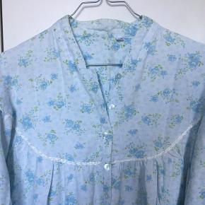 Super fin oversize vintagekjole / natkjole i hvid bomuldsflannel med pastelfarvede blomster på i blå og grønne nuancer. Den har lille krave, knapper halvvejs ned, små fine læg, fint satinbånd omkring skuldrene samt ballonærmer. Den er i midilængde. Der står str. 44-46 i den, men kan sagtens bruges af flere - jeg er feks en str. 36 og har gået med den. 100% bomuld. Kom med et bud.   Varen befinder sig i 9520 Skørping. Sender med DAO.  Se også min øvrige annoncer. Jeg sælger tøj, sko og accessories. Pt er min shop fuld af vintagekup, high street fund og mærkevarer i mange forskellige str. Kig forbi og spøg endelig!!