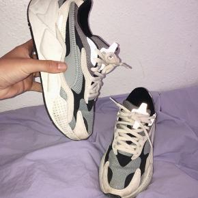 """Blå/hvide/sort PUMA sneakers i str 38 (kan godt passes af en 38,5)  Har mindre tegn på """"slid"""" men kan alt sammen vaskes af da det blot er snavs.  Brugt mindre end 10 gange.   Model: RS-X - tror jeg 💛 Nypris: 850"""