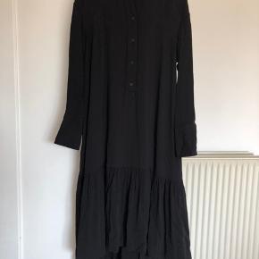 Kjole som er lidt kortere foran. Brugt en enkelt gang. Str s kan passes af s/m.