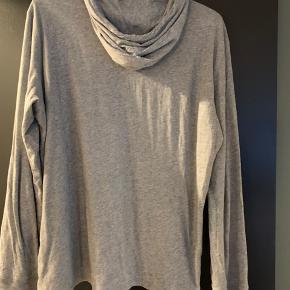 Mindre hul på ryggen, det ses dog ikke når man har den på, da trøjen er i flere lag, og det kun er det yderste lag, som der er hul i.